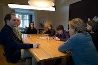 Krisensitzung: Die Eltern Volker (Godehard Giese, l.), Brigitte (Katharina Marie Schubert, 2.v.l.), Esther (Claudia Michelsen, 3.v.l.) und Nele (Laura Tonke, M.) möchten von ihren Kindern Jakob (David Ali Rashed, 3.v.r.), Mira (Flora Li Thiemann, 2.v.r.) und Fabian (Lenius Jung, r.) endlich wissen, wie sich die Tat wirklich ereignet hat.