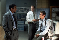 Die ermittelnden Beamten Detective Nick Ruskin (Cary Elwes, r.) und Kyle Craig (Jay O. Sanders, M.) unterstützen Alex' (Morgan Freeman, l.) verzweifelte Suche nach dem Entführer nur mit geringem Einsatz ...
