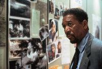Mithilfe der Fotos der verschwundenen Frauen will sich Polizeipsychologe Alex Cross (Morgan Freeman) ein Bild von dem Serienkiller machen ...