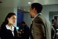 Von der örtlichen Polizei erhält Alex (Morgan Freeman, r.) wenig Beistand. Lediglich bei der Ärztin Kate McTiernan (Ashley Judd, l.), die sich aus dem Verließ des Entführers befreien konnte, findet Cross Unterstützung ...