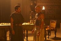 Kaum ist der alte Pharao tot, da vergisst auch schon Pharao Ramses (Joel Edgerton, r.), dass Moses (Christian Bale, l.) nicht nur sein Adoptivbruder, sondern auch sein Freund und Lebensretter ist - mit fatalen Folgen für sein Volk ...