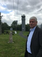 Frank Pergande vor einem DDR-Grenzturm. Hier wurde früher scharf geschossen.