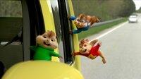 Alvin (r.) und seine beiden Freunde Theodore (l.) und Simon (2.v.r.) scheuen kein noch so riskantes Abenteuer auf ihrem Weg nach Miami, um die Verlobung ihres Adoptivvaters aufzuhalten ...