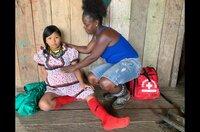 Die Nachwuchshebamme Keyla Rivas untersucht zum ersten Mal eigenverantwortlich die indigene schwangere Frau Nelly. Sie ist erst 17 Jahre alt.