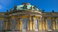 Schloss Sanssouci: Ein Ort – der Zeit scheinbar enthoben. Im Sommer, im Sonnenglanz, erstrahlt es in ganzer Pracht, Schönheit und Eleganz. Das kleine Lustschloss war schon im 18. Jahrhundert ein Publikumsmagnet und ist es bis heute. Auch, weil es wie kein anderer Platz verwoben ist mit der Geschichte seines Schöpfers - Friedrichs des Großen. - Schloss Sanssouci.