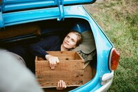 Auf der Fahrt von Ostberlin nach Ungarn an den Balaton hat Katja (Lena Lauzemis) den Fahrer eines Wagens angesprochen: Er bietet ihr an, sie heimlich im Kofferraum seines Wartburg über die Grenze mitzunehmen.