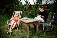 DDR 1989. Adam (Florian Teichtmeister) und seine Freundin Evelyn (Anne Kanis) sind kurz davor, zu ihrem Sommerurlaub am Balaton aufzubrechen. Noch sitzen sie zusammen im Garten seines Hauses, als ob die Zeit stillsteht.