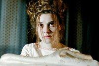 Mary (Camille Rutherford) heiratet Lord Darnley (Aneurin Barnard), doch die romantischen Gefühle für ihn kühlen nach kurzer Zeit ab.