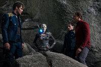Müssen gegen einen bisher unbekannten Feind kämpfen: Captain Kirk (Chris Pine, l.), Jaylah (Sofia Boutella, 2.v.l.), Chekov (Anton Yelchin, 2.v.r.) und Scotty (Simon Pegg, r.) ...