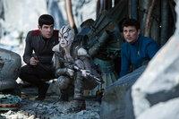 Noch ahnen Spock (Zachary Quinto, l.), Jaylah (Sofia Boutella, M.) und Doc Bones (Karl Urban, r.) nicht, gegen wen sie nach dem Absturz der Enterprise auf einem fremden Planeten wirklich kämpfen müssen ...