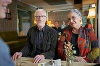 Anna (Katerina Jacob, re.) und Herr Kurtz (Ernst Stötzner) üben sich in freundlicher Konversation mit Saskia (Berit Vander, li.).