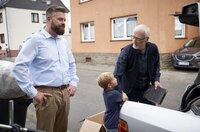 Timmie (Daniel Zebandt, Mitte) findet den Zwist zwischen Vater Michael (Andreas Birkner, li.) und Opa Werner (Ernst Stötzner, re.) doof.