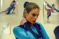 Katarina Witt während des Trainings in der Genfer Eislaufhalle zu Beginn der Weltmeisterschaftswoche im März 1986. Katarina posierte nicht für das Foto, sondern hörte zu und dachte über einige Bemerkungen ihrer Trainerin Jutta Müller nach.