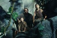 Dr. Alan Grant (Sam Neill, M.) schlägt sich mit den Enkelkindern von Parkgründer John Hammond, Tim (Jospeh Mazzello, l.) und Lex (Ariana Richards, r.) durch den tropischen Wald auf der Insel, auf der Flucht vor Dinosauriern, die dank eines Stromausfalls nun frei herumlaufen ...