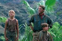 Wegen eines Stromausfalls auf der Insel müssen sich Alan Grant (Sam Neill, M.), Lex (Ariana Richards, l.) und der kleine Tim (Joseph Mazzello, r.) quer durch den Jurassic Park kämpfen - zwischen kleinen und großen Dinosauriern hindurch, harmlosen Pflanzenfressern und gefährlichen Raubtieren ...
