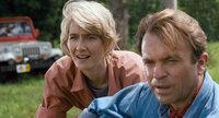 Die beiden Paläontologen Dr. Alan Grant (Sam Neill, r.) und Dr. Ellie Sattler (Laura Dern, l.) werden eingeladen, als Spezialisten den Jurassic Park abzusegnen, doch was sie dort erwartet, übersteigt ihre kühnsten Erwartungen ...