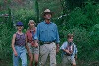 Noch ahnen Dr. Ellie Sattler (Laura Dern, 2.v.l.), Dr. Alan Grant (Sam Neill, 2.v.r.) und die Enkel des Parkgründers, Lex (Ariana Richards, l.) und Tim (Jospeh Mazzello, r.) nicht, dass ihre Leben schon bald durch die Dinosaurier bedroht werden, die ihr Großvater dank eines alten DNS Fundes erschaffen hat ...