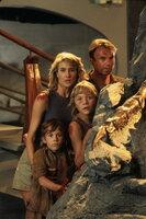 Als Alan (Sam Neill, hinten), Ellie (Laura Dern, l.), Lex (Ariana Richards, r.) und Tim (Joseph Mazzello, vorne) bewusst wird, dass ihr Fluchtweg von der Insel versperrt ist, müssen sie um ihr Leben kämpfen - gegen echte, lebendige Dinosaurier ...