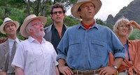 Der Milliardär John Hammond (Richard Attenborough, 2.v.l.) hat das Unmögliche wahrgemacht: Aus Dinosaurier-DNS, welche er aus Bernstein-Mücken extrahiert hat, klont er Dinosaurier. Der Anwalt Donald Gennaro (Martin Ferrero, l.), Chaostheoretiker Dr. Ian Malcolm (Jeff Goldblum, M.), Paläobotaniker Dr. Alan Grant (Sam Neill, 2.v.r.) und seine Kollegin Dr. Ellie Sattler (Laura Dern, r.) sind zunächst begeistert, doch das ändert sich schnell ...