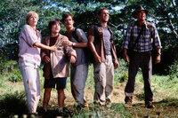 Nachdem sich Dr. Alan Grant (Sam Neill, r.) und sein Mitarbeiter Billy (Alessandro Nivola, 2.v.r.) dazu bereit erklärt haben, Amanda (Téa Leoni, l.) und ihren Mann Paul (William H. Macy, M.) bei einem Flug über die Dinosaurierinsel zu begleiten, erkennen sie, dass es eigentlich nur darum geht, den verschollenen Sohn Eric (Trevor Morgan, 2.v.l.) zu finden. Dennoch sind die Dinosaurier hungrig ...