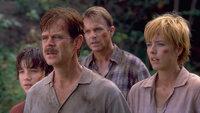 Als das Ehepaar Paul (William H. Macy, 2.v.l.) und Amanda Kirby (Téa Leoni, r.) den Dinosaurierforscher Dr. Alan Grant (Sam Neill, 2.v.r.) bitten, mit ihnen einen Rundflug über die zweite Dinosaurierinsel Isla Sorna zu machen, ahnt dieser nicht, dass es eigentlich darum geht, ihren verschollenen Sohn Eric (Trevor Morgan, l.) zu suchen ...