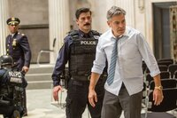 L-R: Captain Marcus Powell (Giancarlo Esposito), Officer Benson (Anthony DeSando) und Lee Gates (George Clooney)