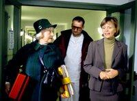 Dorle Pfaffel (Doris Schade) mit Mambo-Kurt auf dem Weg ins Altersheim und im Gespräch mit der Heimleiterin (Ulrike  Kriener, rechts).