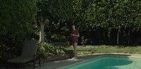 Jenna (Jessica McNamee) macht auf Mike einen tiefen Eindruck. Heimlich beginnt der die junge Schöne zu beobachten. Über den Gartenzaun entwickelt sich eine zarte Freundschaft. Jenna vertraut sich Mike an: Scott misshandelt sie.