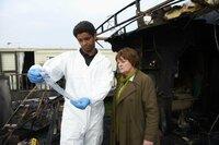 Dr. Marcus Summer (Kingsley Ben-Adir, l.);   Vera Stanhope (Brenda Blethyn, r.)
