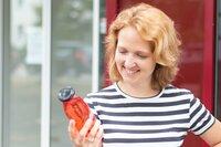 """Ostdeutschland buhlt um Jungunternehmer wie Jenny Müller. Die 37-jährige zog mit ihrem Start-Up """"Frischemanufaktur"""" von München nach Halle. Sie stellt unter anderem Erfrischungsgetränke her."""