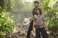 Die beiden Jungen Zach (Nick Robinson, l.) und Gray (Ty Simpkins, r.) hatten sich auf ein Abenteuer in Jurassic World gefreut, doch dann wird der Besuch bei ihrer Tante Claire zu einem Kampf um Leben und Tod ...