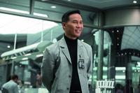 Als der Chefgenetiker Dr. Henry Wu (B.D. Wong) dem Chef der Jurassic World offenbart, dass bei der Vermischung der unterschiedlichen DNS ein Dinosaurier mit ungeahnten Fähigkeiten entstanden ist, dämmert es den Verantwortlichen, mit welchem grausamen und vor allem intelligenten Raubtier sie es nun zu tun haben und dieses läuft auch noch frei herum ...