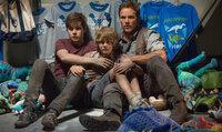 Kämpfen ums pure Überleben: die Brüder Zach (Nick Robinson, l.) und Gray (Ty Simpkins, M.) und der Wildhüter Owen (Chris Pratt, r.) ...