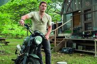 Der Wildhüter und ehemalige Navy-Soldat Owen Grady (Chris Pratt) arbeitet in Jurassic World mit einem Rudel Velociraptoren und hat es sogar geschafft, sich dort als Alphatier zu etablieren. Doch dann macht ihm der durch DNS-Spielereien erschaffene Indominus Rex einen Strich durch die Rechnung und bringt alle, Menschen und Tiere, in Lebensgefahr ...