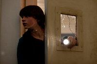 Um Alice aus den Fängen der dubiosen Kreatur zu befreien, wagt sich Joe (Joel Courtney) mitten in die evakuierte und abgeriegelte Stadt. In seiner Schule wird er fündig ...
