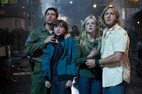 Eine Kleinstadt in Ohio im Jahre 1979. Eine Gruppe Jugendlicher ist mit einer Super 8 Kamera bewaffnet unterwegs und will ihren eigenen Zombiestreifen drehen. Doch schon bald stecken Alice (Elle Fanning, 2.v.r.) und Joe (Joel Courtney, 2.v.l.) mitsamt ihren Vätern (Kyle Chandler, l. und Ron Eldard, r.) in einem echten Horrorfilm ...