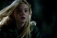 Gerät in die Fänge eines riesigen Monsters, das eigentlich auf Metall steht: Alice (Elle Fanning) ...