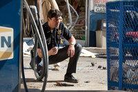 Sheriff Jackson Lamb (Kyle Chandler) hat ein richtig großes Problem. Zunächst verwüstet das Militär den ganzen Ort, dann verschwinden Unmengen an Elektrogeräten und Hunden und schließlich verschwindet sein Boss samt anderer Bewohner spurlos ...