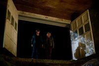 In einer Höhle unter dem Friedhof und dem Wasserturm der Stadt finden Joe (Joel Courtney, l.) und Cary (Ryan Lee, r.) die bewusstlose Alice, doch sie wird, wie viele andere Bewohner, von der Kreatur in einer Art Komazustand gehalten ...
