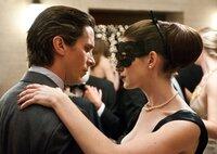 Bruce Wayne (Christian Bale,l.); Selina (Anne Hathaway, r.)