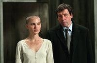 """Finch (Stephen Rea, r.) entdeckt interessante Details zu """"V""""s Herkunft. Dabei fällt ihm Evey (Natalie Portman, l.) in die Hände, die zusammen mit Vendetta gegen das Regime agiert ..."""
