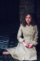 """Die hübsche Evey (Natalie Portman) wird von den """"Fingermen"""", Geheimpolizisten der Staatsmacht, entführt. Der Verzweiflung nahe, kommt ihr plötzlich ein anonymer Retter zur Hilfe ..."""