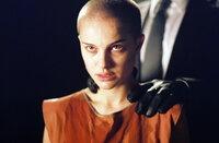 """Nach einem Zwischenfall in einem Londoner Kanal nimmt Vendetta die junge Evey (Natalie Portman) unter seine Fittiche. Evey ist sehr wissbegierig und lernt schnell aus """"Vs"""" Vergangenheit und seinem ständigen Kampf gegen die Regierung ..."""