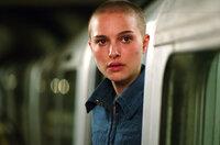 """Evey (Natalie Portman) lässt sich von ihrem maskierten Retter für einen erbarmungslosen Kreuzzug gegen das autoritäre Regime ihres Landes gewinnen. Zunächst vollauf begeistert, kommt sie doch bald hinter das Geheimnis ihres """"Helden""""..."""