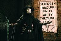 Die Welt scheint kurz vor dem Untergang zu stehen, doch das gute alte Britannien kann dank autoritärer Führung weiterhin bestehen. Vendetta (Hugo Weaving) hat genug davon und versucht alles, um diesem Regime endlich ein Ende zu setzen ...