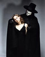 Der große Retter in der Not! Als Evey (Natalie Portman, l.) von Geheimpolizisten zu illegalen Forschungszwecken entführt wird, rettet Vendetta (Hugo Weaving, r.) die hübsche junge Frau und bringt sie in Sicherheit ...