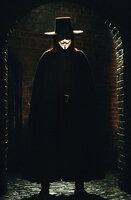 Wie weit darf man im Kampf gegen ein ungerechtes Regime gehen? Diese Frage stellt sich Vendetta (Hugo Weaving) nicht, denn ihm ist jedes Mittel recht, öffentlich gegen das bestehende System vorzugehen ...
