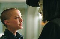 """Eine seltsame erste Begegnung: Vendetta (Hugo Weaving, r.) rettet die junge Evey (Natalie Portman, l.) aus den Fängen der """"Fingermen"""" und lädt sie anschließend zu einem mysteriösen Konzert ein ..."""