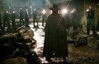 Vendetta (Hugo Weyving, vorne) tritt stets mit einer Guy-Fawkes-Maske in Erscheinung. Genauso wie sein großes Vorbild kämpft auch er für die Freiheit und Gerechtigkeit im Land ...