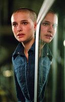Auf dem Weg zur Arbeit wird die junge Evey (Natalie Portman) von Geheimpolizisten der Staatsmacht aufgegriffen, da diese ihre neuen Bestrafungsmethoden ausgerechnet an ihr testen wollen ...